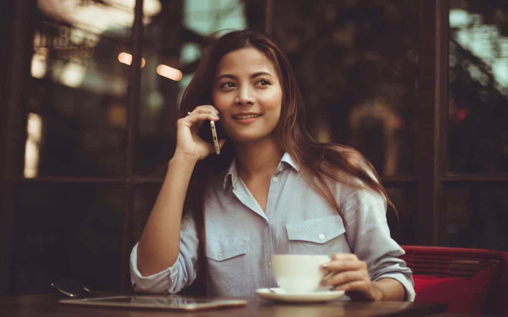 donna al telefono