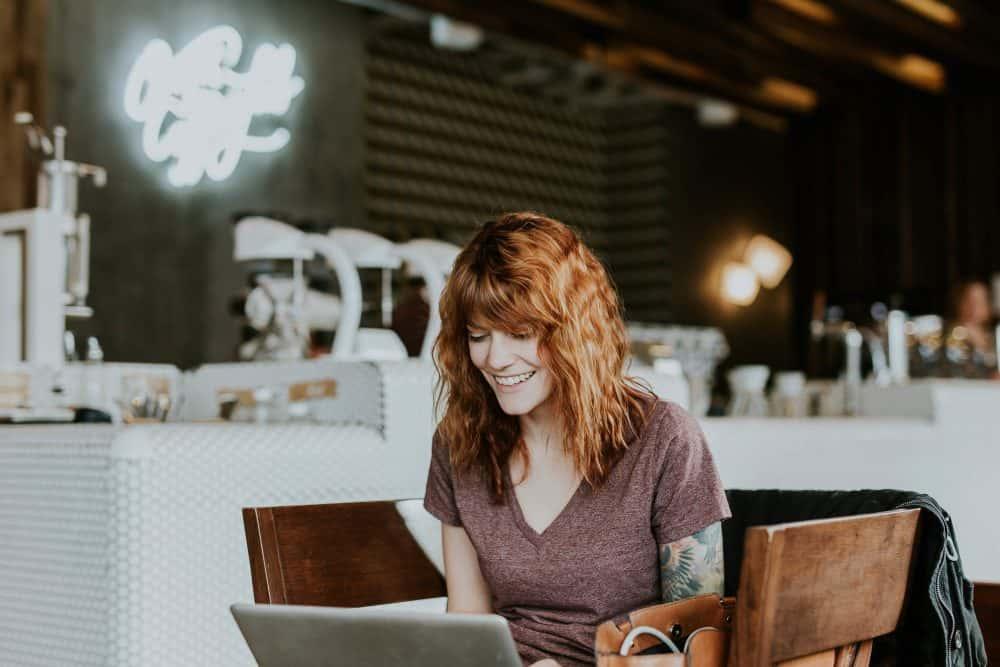 donna che lavora felicemente