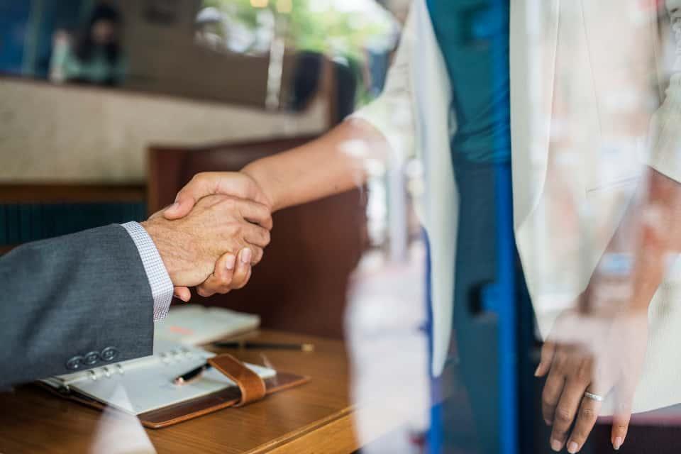 stretta di mano rapporto con il cliente