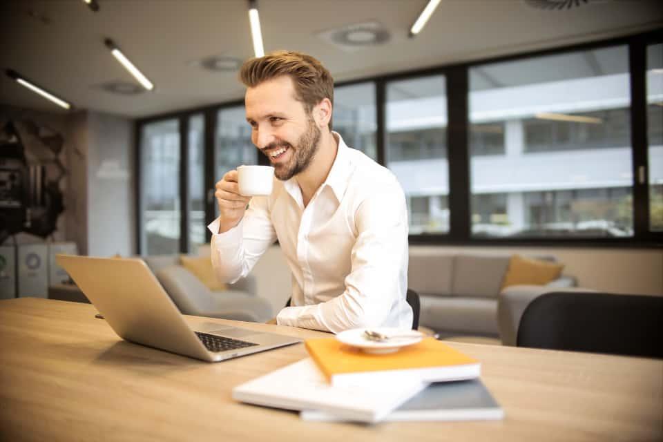 uomo che lavora sorridendo