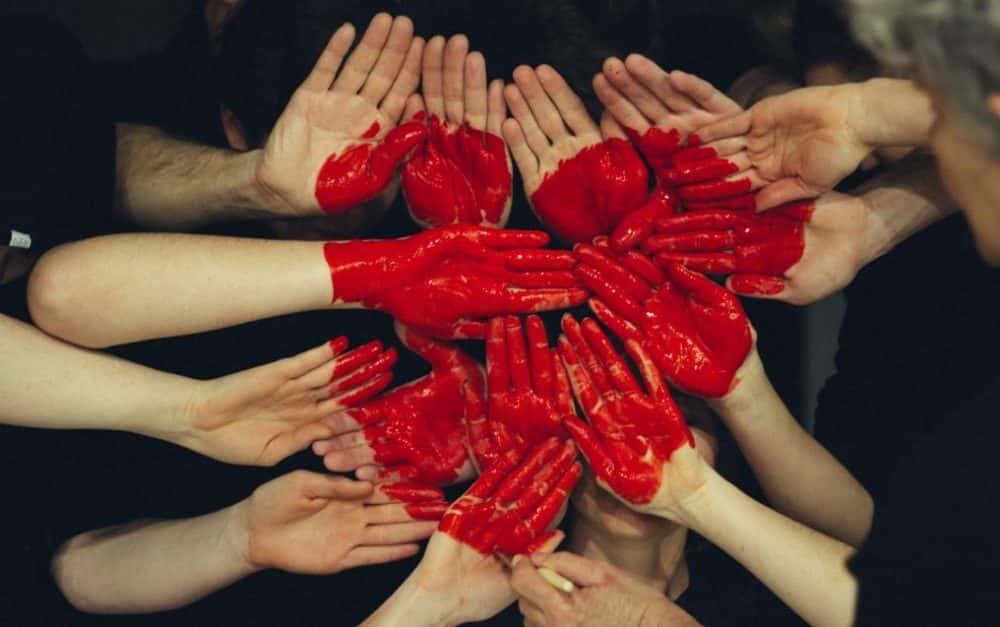 mani dipinte di rosso