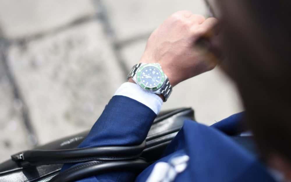 uomo che guarda orologio