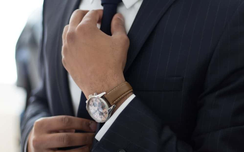 Uomo che si allaccia la cravatta