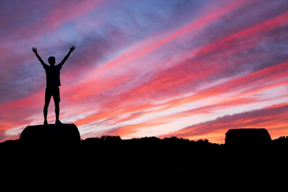 Uomo sulla cima della montagna