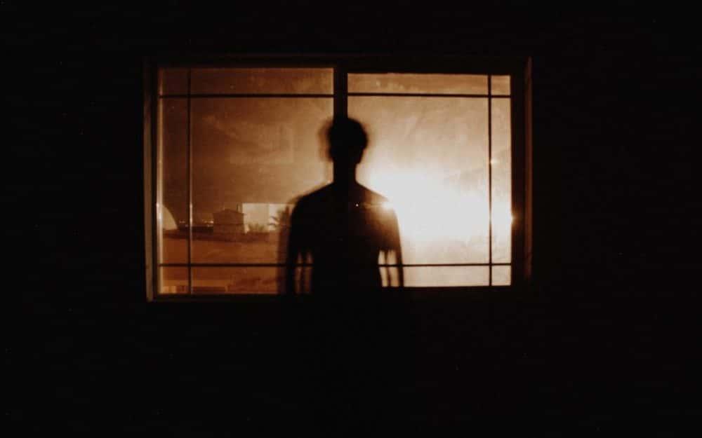 uomo davanti alla finestra