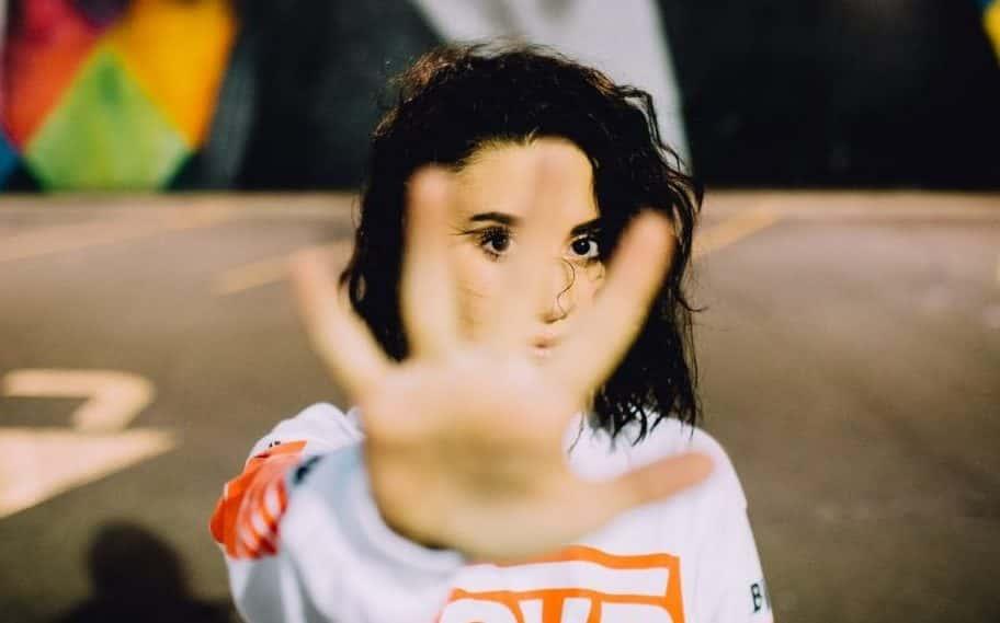 donna con la mano alzata