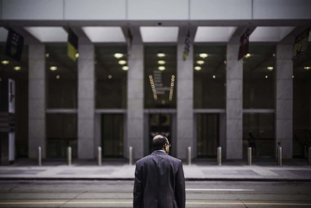 uomo davanti a un palazzo