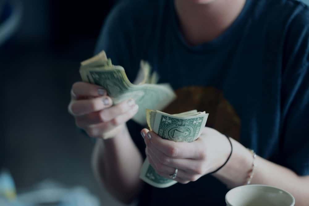 donna che conta banconote