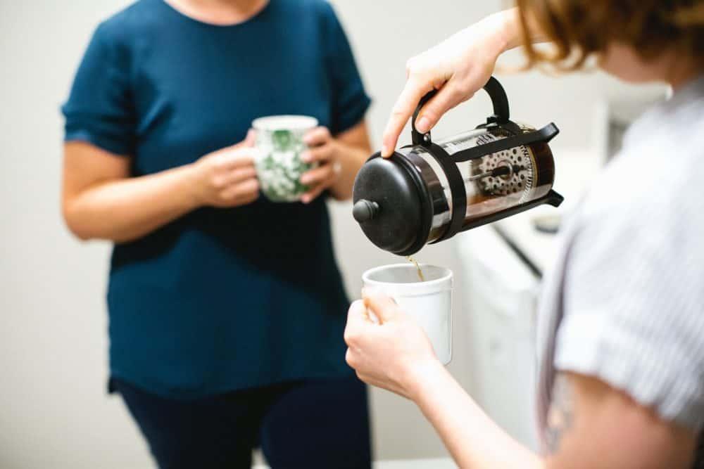 colleghi che bevono un caffé