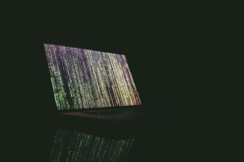 schermo computer al buio