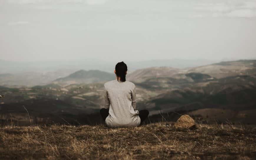 donna che medita sulla montagna